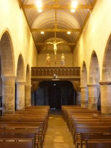 Trégastel : L'église, la nef, la tribune et la poutre de Gloire